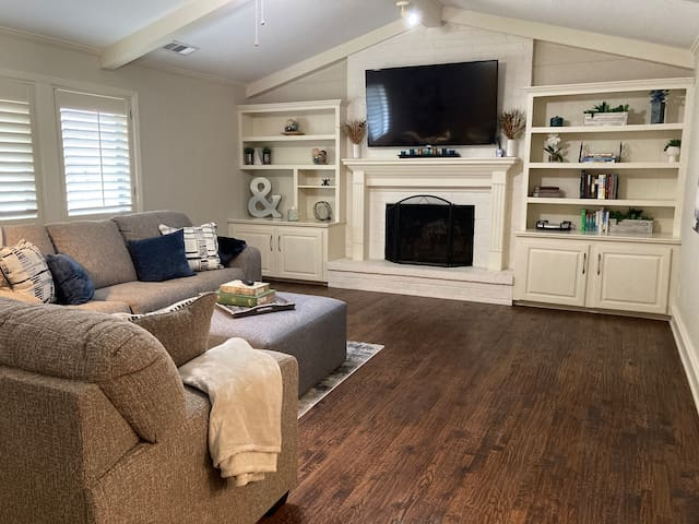 Lakeside home with pool located in Heath,TX