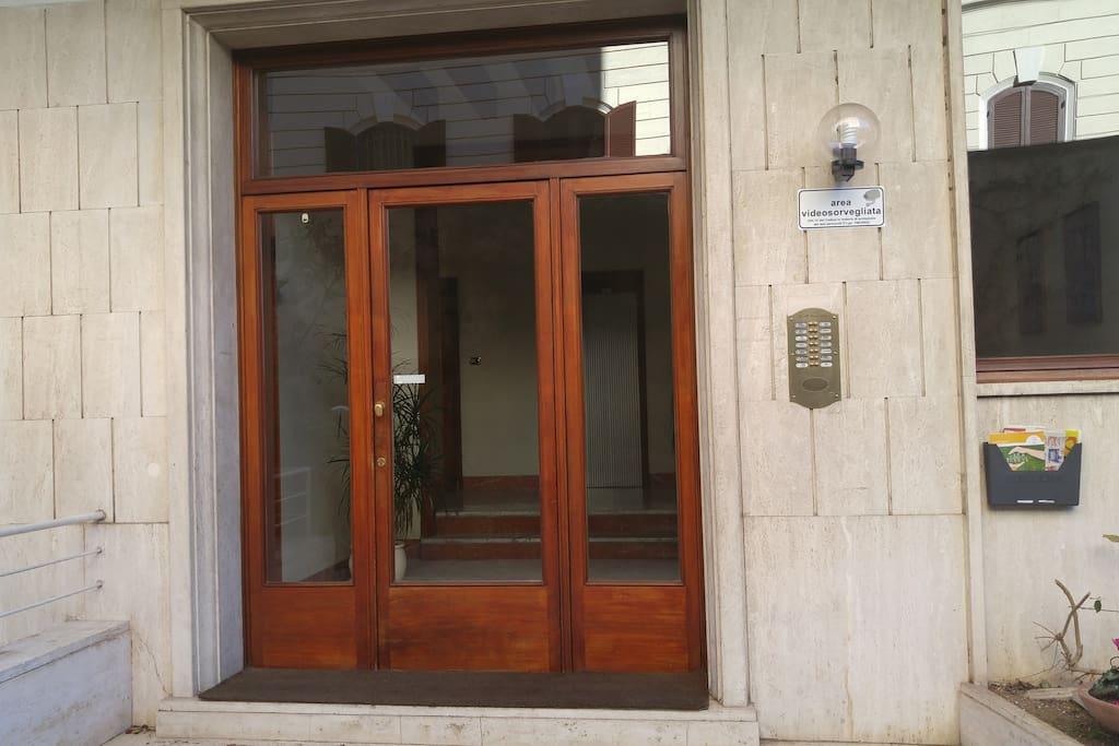 Ingresso Del Palazzo - Building Entrance