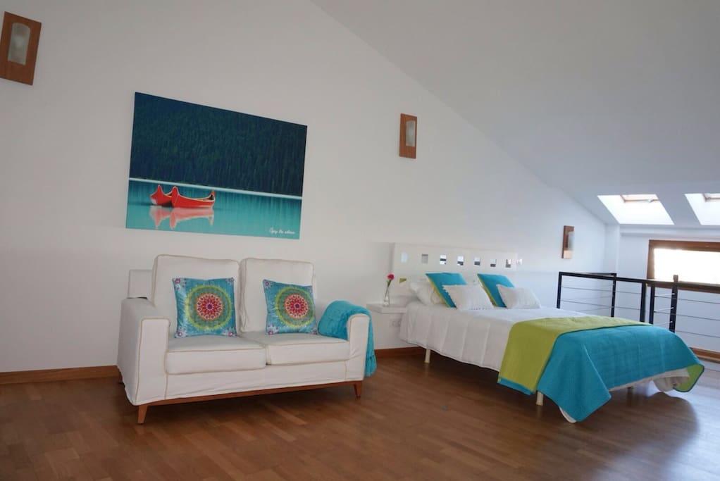 Salon dormitorio, espacio diáfano muy luminoso con binitas vistas al palmeral.