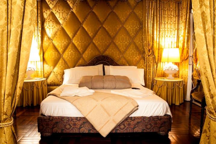 Golden Palace ★ BEST LOCATION in Milan ★ Sleeps 6