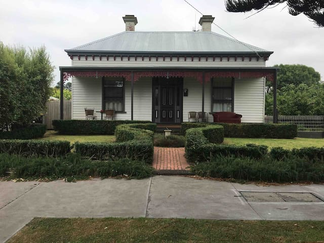 Victorian Style Home close to shops and beaches