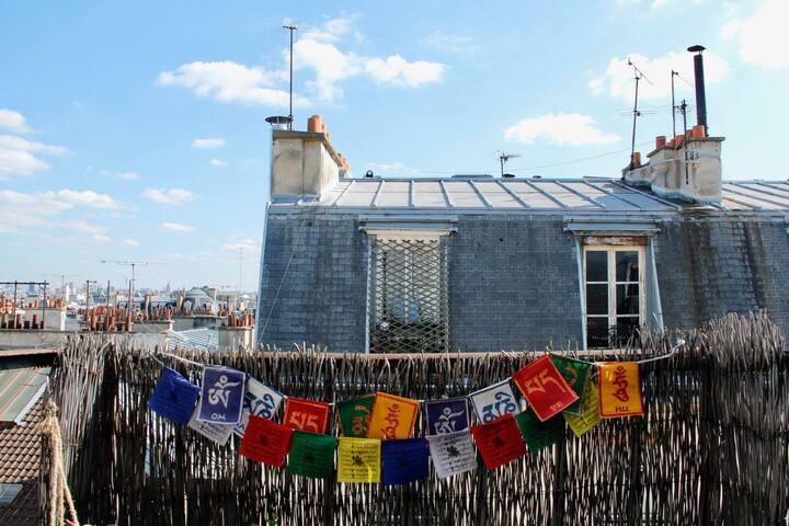 Havre de paix sur les toits parisiens avec balcon