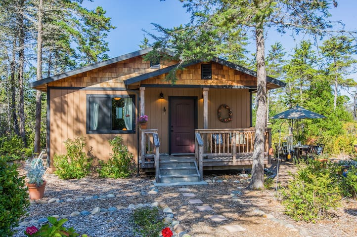 Huckleberry Cottage Minutes from Mendocino Village