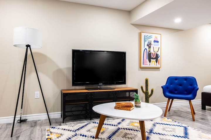 Funky Basement Studio Close to Shops and Expwy