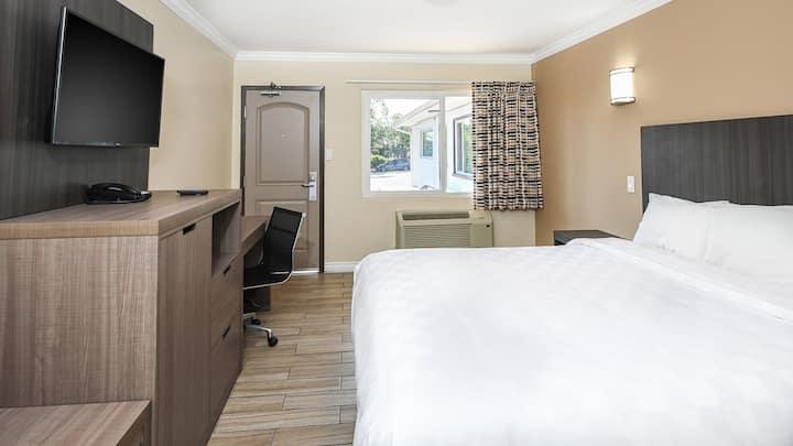 King Bed Room at Sea Rock Inn - Long Beach
