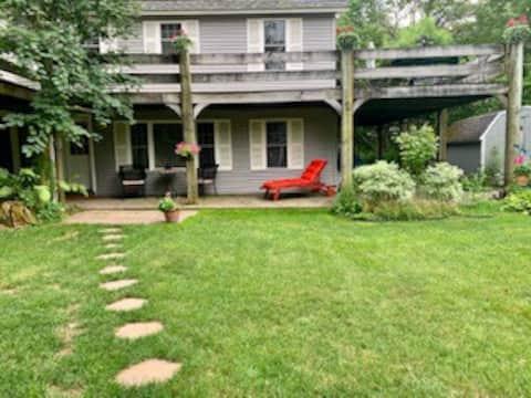 Ellie's Garden View Apartment