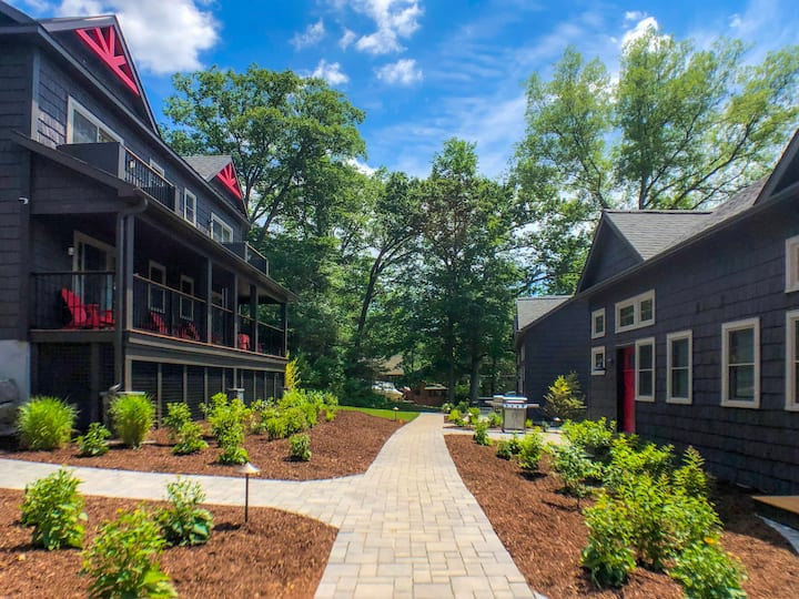 (IB) Lake George Lodges - Right in Town
