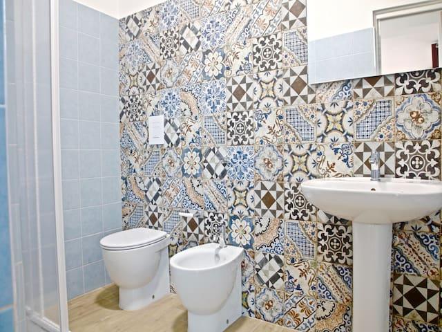 Bathroom :  bidet, hairdryer, shower cabin, central heating, towels,  complimentary toiletries.  Bagno : bidet, asciugacapelli, cabina doccia, riscaldamento, asciugamani, prodotti da bagno in omaggio.