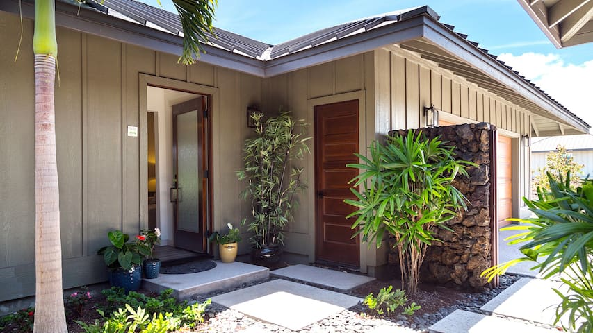 """Private entry in the Courtyard to the  """"Ohana""""... separate guest cottage"""