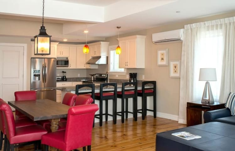 One Bedroom Luxury Condo, Kennebunk Maine (A714)