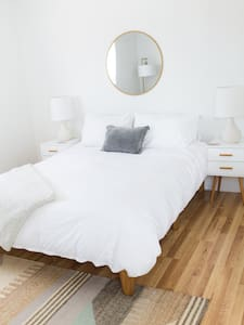 Quiet, Private Studio near Beach and Downtown