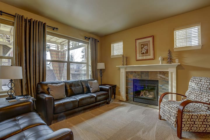 Hollygrape Escape - All New Furnishings, Lovely Outdoor Living w/Fireplace & BBQ