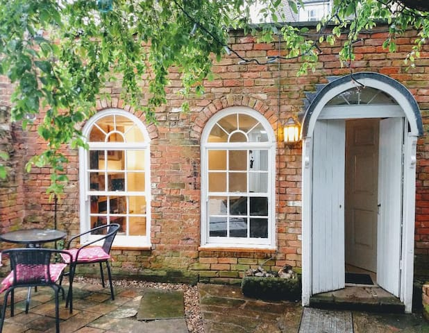 Charming one bedroom cottage in a great location!