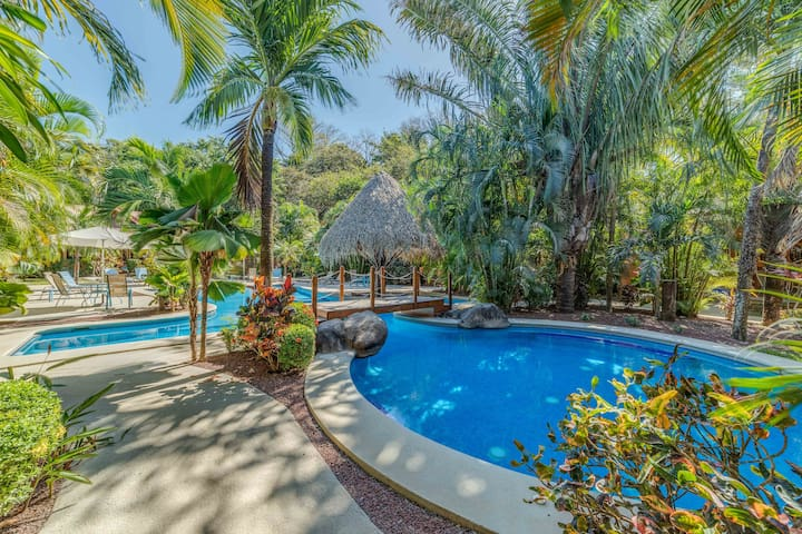 Comfy Condo w/pool & tennis only 5m drive to beach