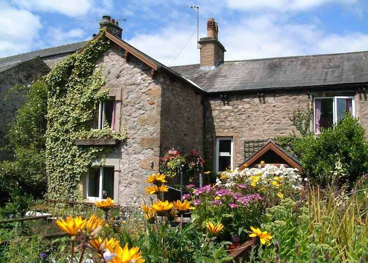 Seed Hill Guest House, INGLETON. 'Clover' Room.