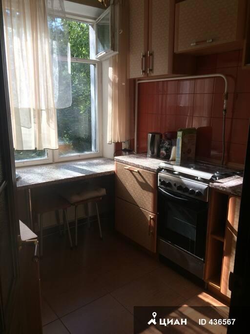 кухня с панорамным окном в лес
