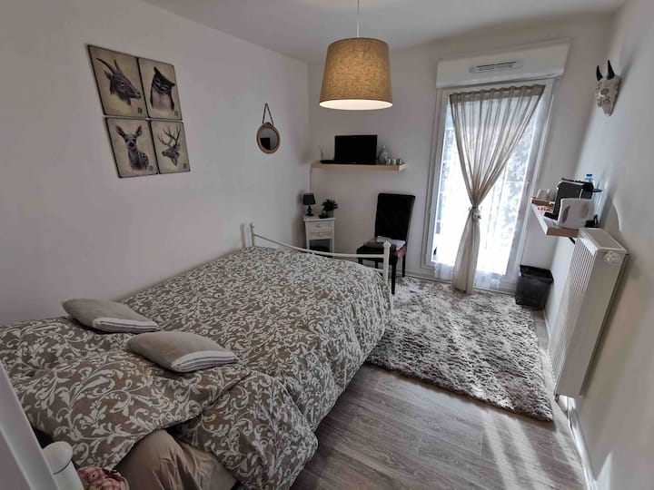 Belle chambre lit double et terrasse métro à 100m