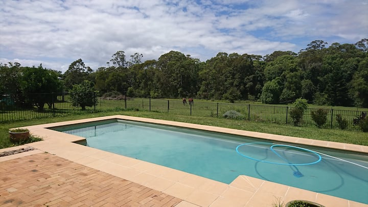Self contained unit close to Bonville Golf Club
