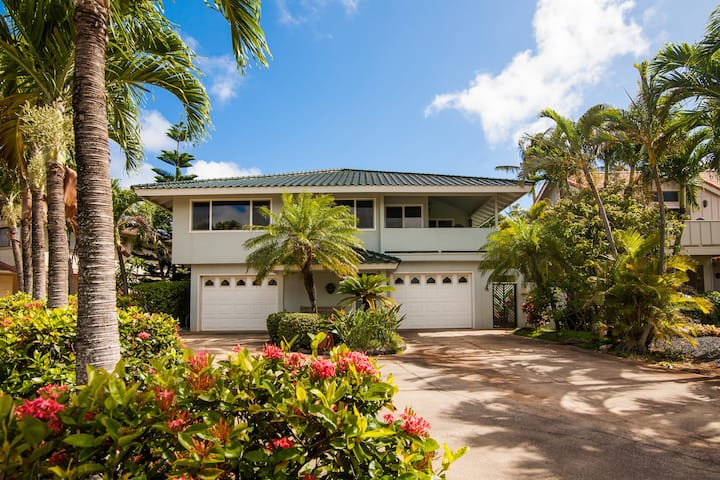 Daydream Believer: Short Walk To Beach, Pool Access Mountain-View, Multi-Family Hideaway