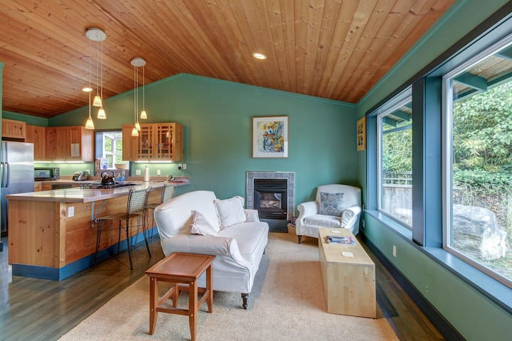 Cozy home & studio w/ patio & Mt. Baker view - short drive to dining/hiking!