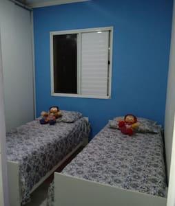 Quarto aconchegante com 2 camas - Sumaré