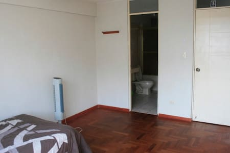 Huge room with private bathroom in Miraflores - Lakás