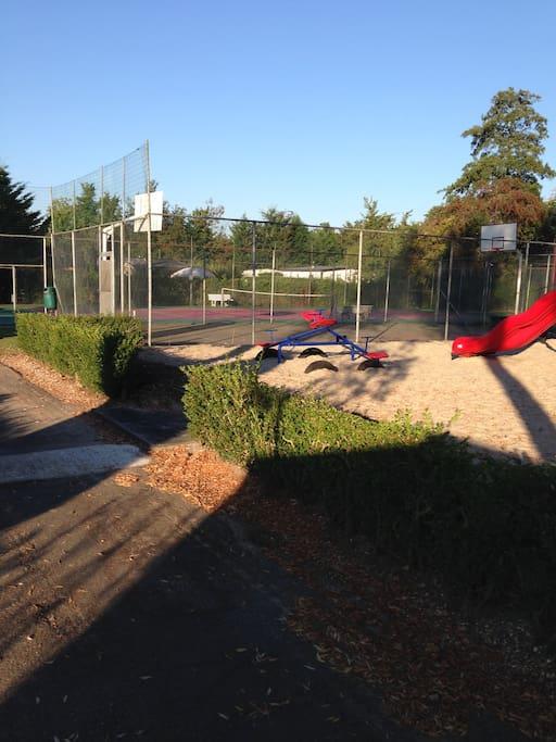 Tennis - und Basketballplatz in der Parkanlage