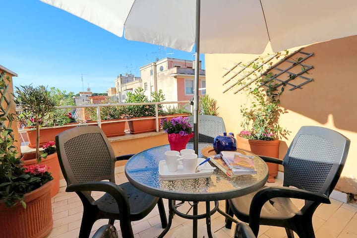 Romantic flat with private terrace near Colosseum!
