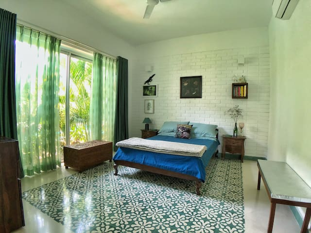 'Jungle Beat' - The cozy second-bedroom with a magical green window.