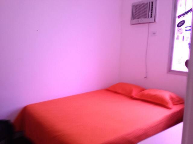 Este quarto 1 cama quee e 1 colchão de solteiro(valor à  parte 80.00)