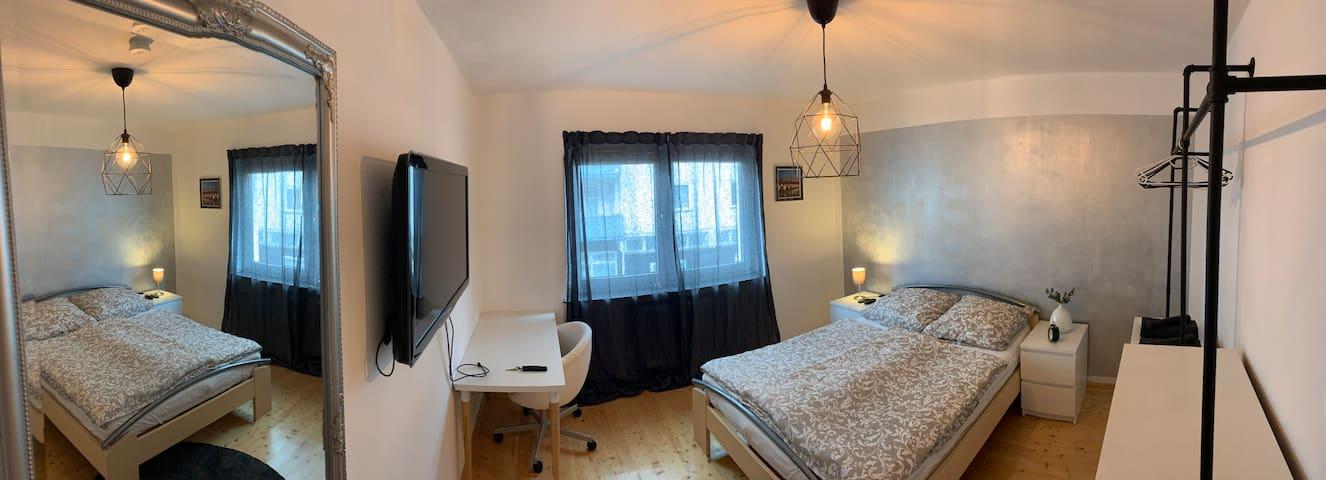 ZENTRAL Innenstadt - Großes privates Zimmer 2 Pers
