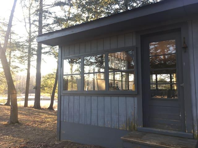 Peaceful Off-Grid Cabin Near Hamilton