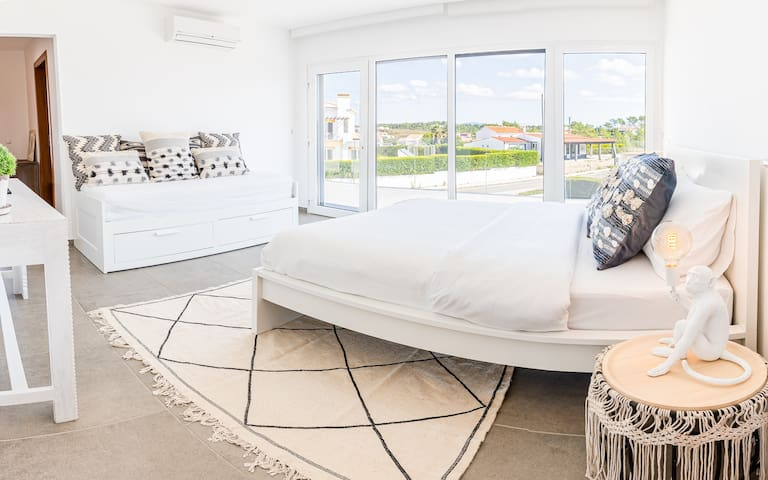 East Sunrise Bedroom with personal balcony and ensuite bath. Sleeps up to 4 with a King Bed and extensible day bed. Day bed can be extended into a double bed. It's a perfect room for a couple or to share with kids.