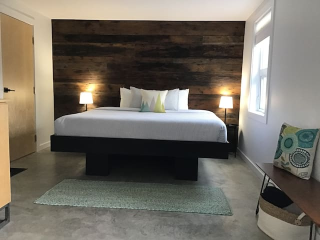Modern suite, downtown Tofino w/king bed - Suite 1