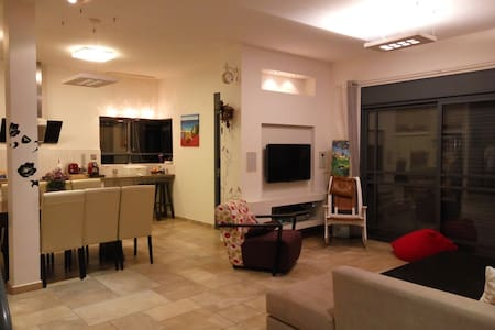 WORM HOUSE IN THE VILLAGE - Kiryat Gat - Huvila