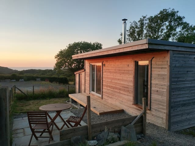 Cosy cabin with a sea view, 1.5 miles to the beach