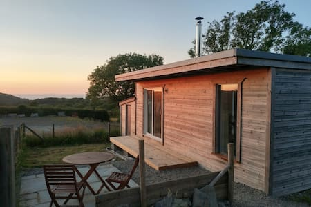 Cosy cabin & small garden, 1.5 miles to the beach
