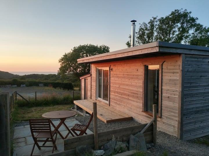 Cosy cabin & small garden, 1.5 miles to the beach