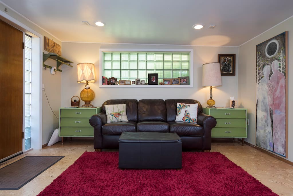 Funky 1947 cottage with shag rug and leather pull-out sofa