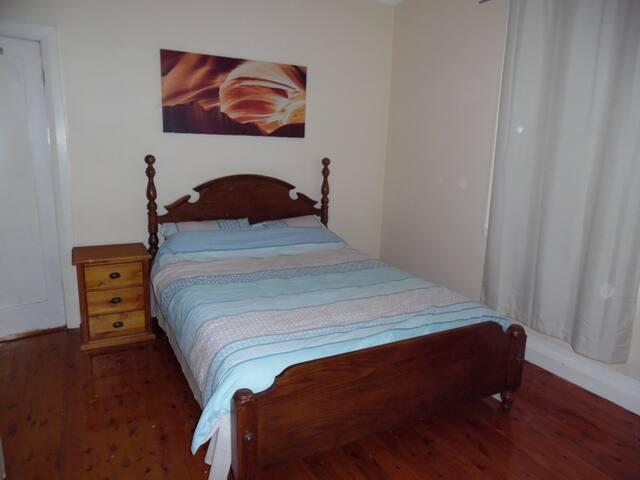 Cosy Home Most Convenient location Queen Bed