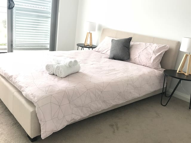 Ashfield 2Bed/2Bath Apt with parking/close to City