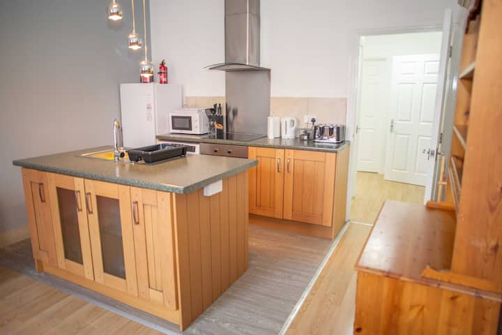 Large 2 bedroom luxury serviced apartment 11QCW