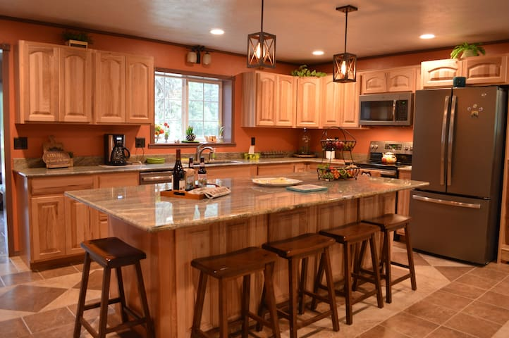 Secluded family cabin, winter Ski-and-Stay package
