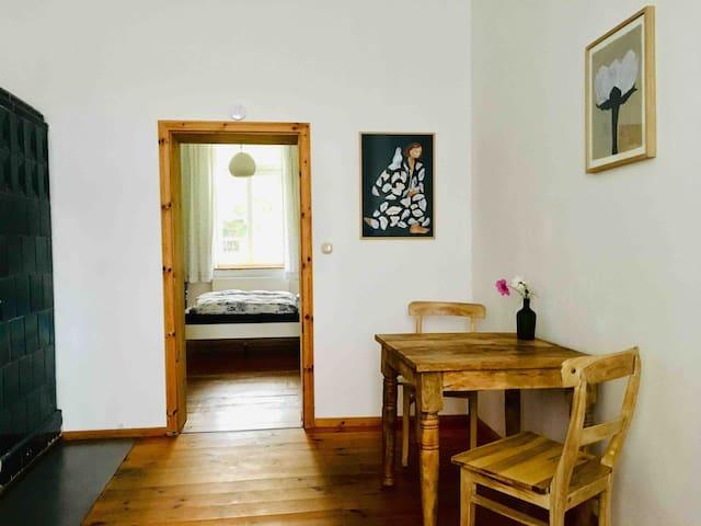Im 2. Schlafzimmer gibt es eine kleine Sitzecke, ein Einzelbett und ein Fernsehapparat.