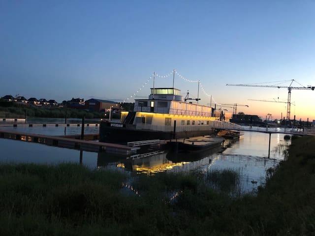 Slapen op een bunkerschip - The Love Boat kamer -