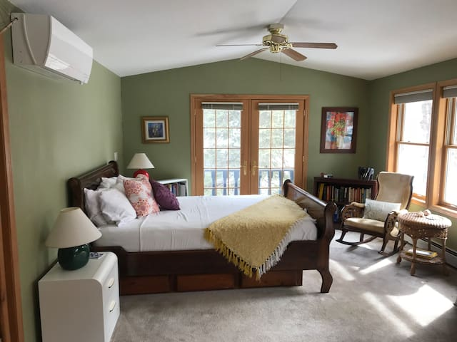 A room with a view.  Nestled just below the Flatiron Mountains in a quiet neighborhood just blocks from the Pearl Street Mall and Boulder Creek  run/bike trail.  Comfortable, quiet, close to nature, shopping, and University of Colorado.