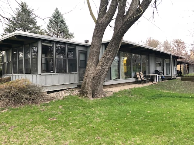 Mid-Century Modern 3-Bedroom on Golf Course
