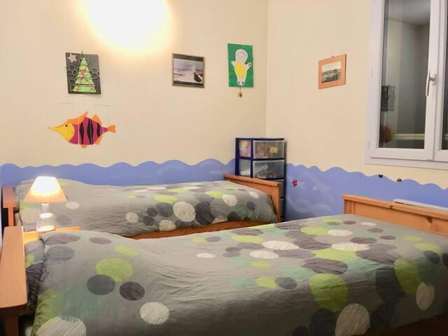 Chambre avec 2 lits simples (2x80) ou 1 grand lit double (160)... et plein de jouets :-))