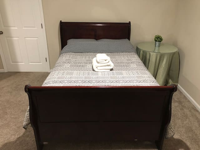 Bedroom Private Bathroom Germantown, 40min to DC