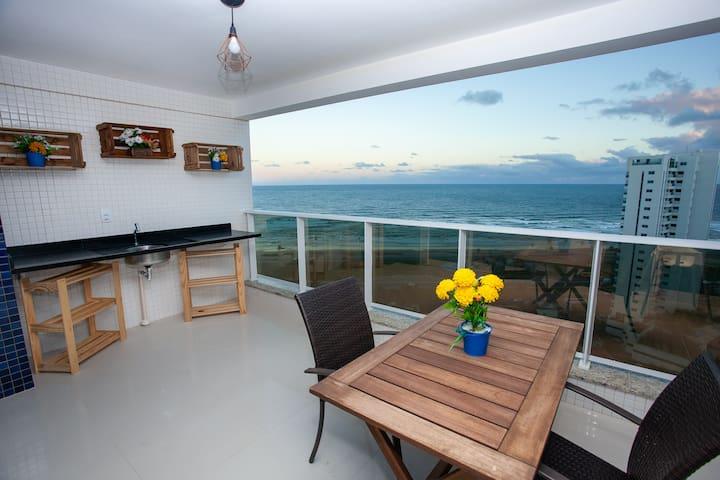 Varanda grande com vista para o mar.  Large balcony with sea view.